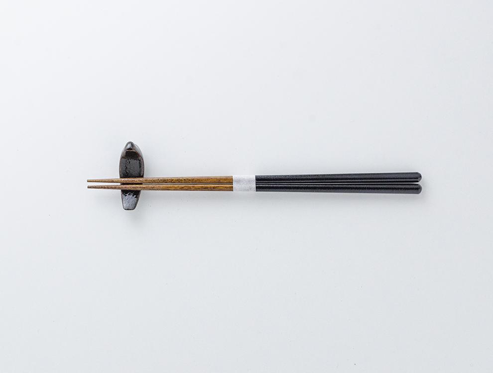 益子伝統釉_黒釉 トリの箸置きのイメージ