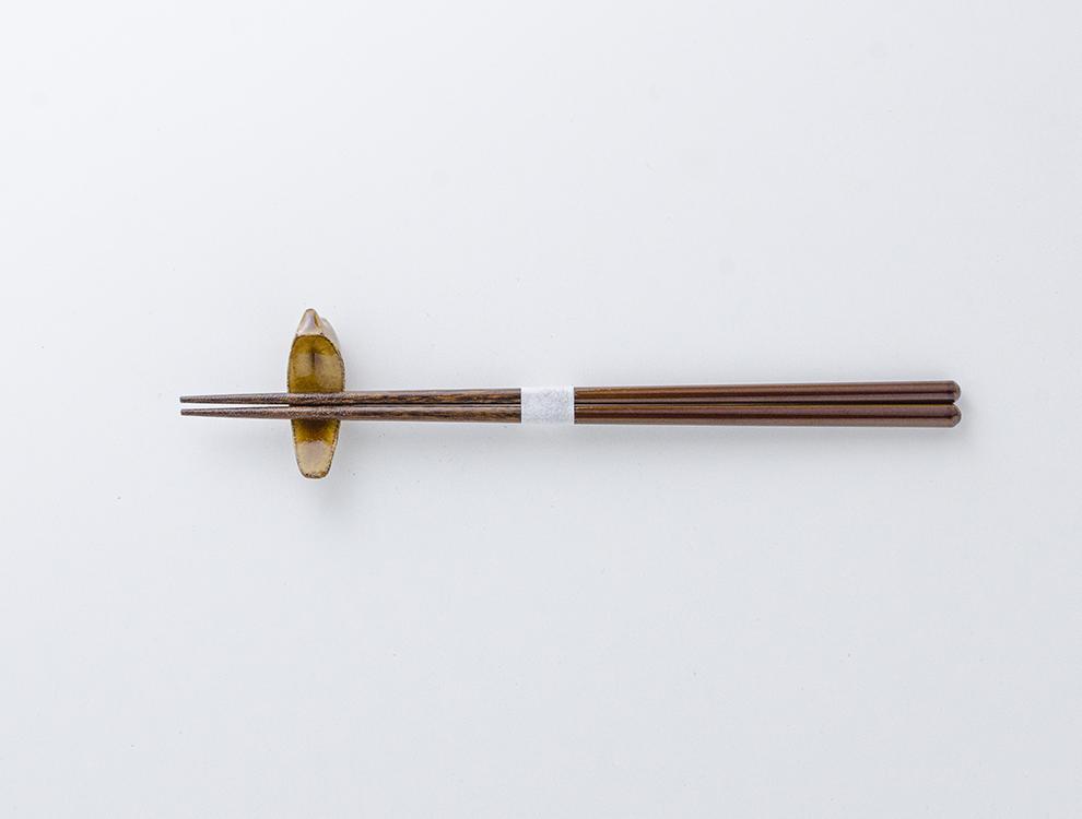 益子伝統釉_飴釉 トリの箸置きのイメージ